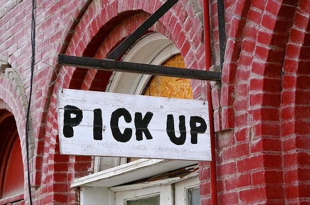 Pick-Up Schild an Backsteinwand